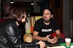 Iñaki charlando apasionadamente con La Taberna Global en El Último Mono Juice & Coffee.