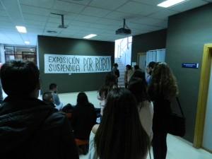 Estudiantes, perplejos ante el cartel que los ladrones dejaron a modo de pista.