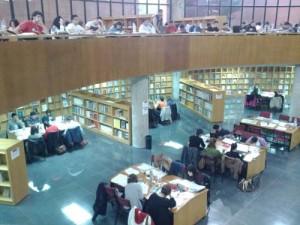 Gente haciendo como que estudian en la Biblioteca General