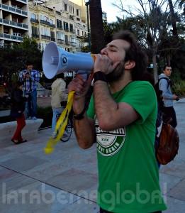 Luís Centeno comprobando si el megáfono tenía pilas.