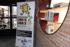 Luis Centeno inaugurando la zona 'bookcrossing' pero sin Luis Centeno.
