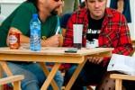 Albert Pla y Juankar, antes de su concierto en el Zaidín Rock de Granada. Están hablando con Isa Vargas, que me encanta.