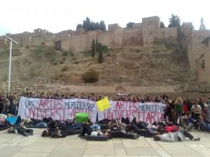 De espaldas a La Alcazaba. Por mora.