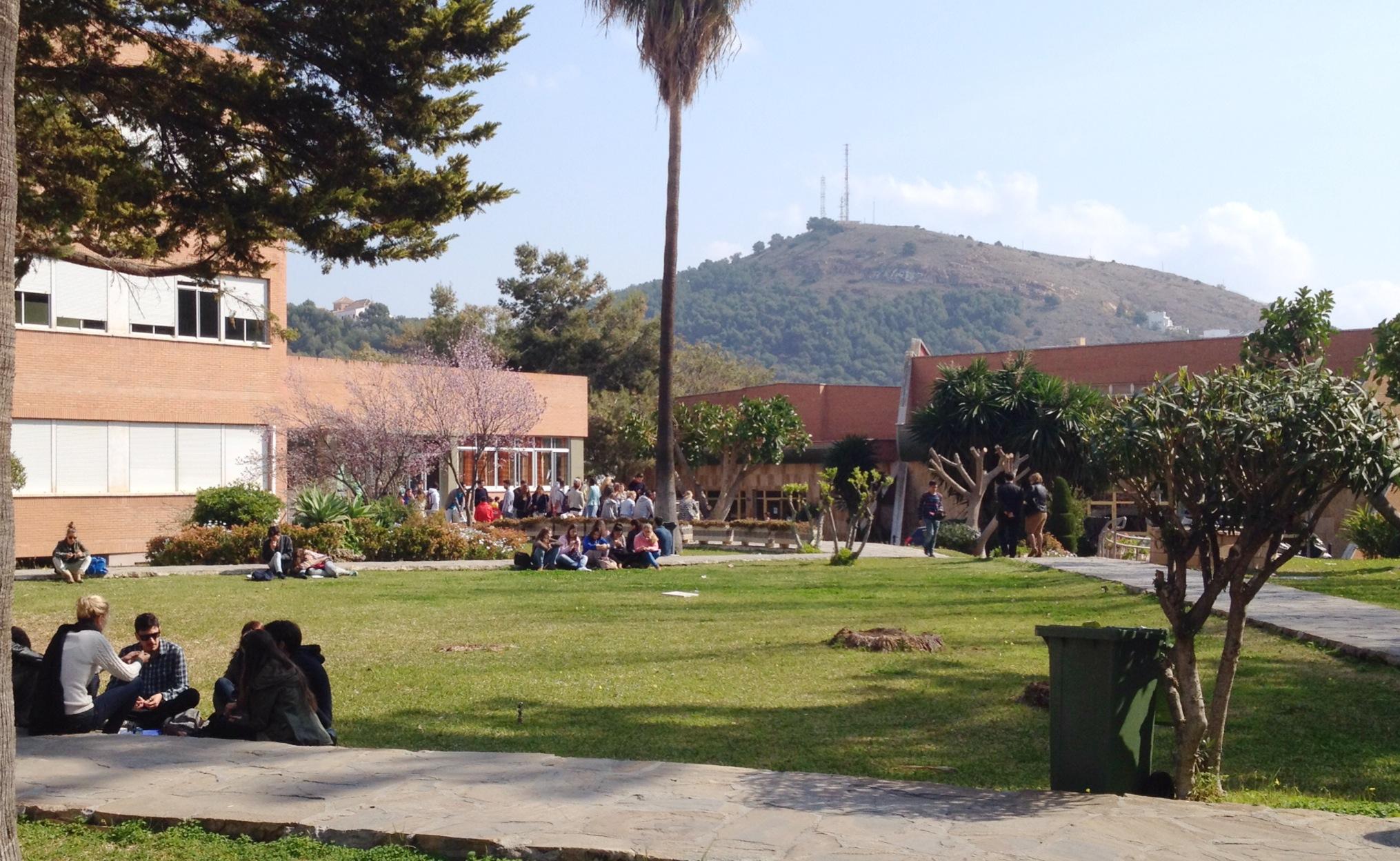 Los estudiantes de El Ejido aprovechan el buen tiempo para salir a tomar el aire