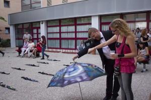 Galería Central no sabe qué inventarse y se pone a hacer cosas raras con unos paraguas